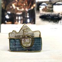 NikonFイメージのカメラのブローチ