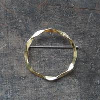 西川美穂 ヘゴヘゴリングのブローチ / 真鍮