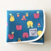 りんご柄のおむつ替えシートブルー