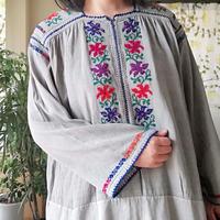 ルーマニア カラフルな刺繍ワンピース 煤染め