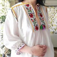 ルーマニア 赤のバラの刺繍ワンピース