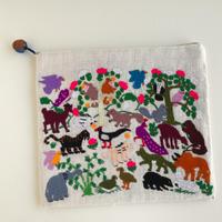 ラオス モン族の手刺繍ポーチ 動物の楽園 A
