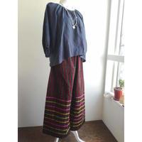 ミャンマーのロンジー用の布で作った ワイドパンツ 黒とえんじのストライプ