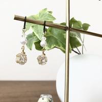 ミニミニ白薔薇とパールのフックピアス