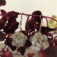 フックピアス 薔薇 ホワイト