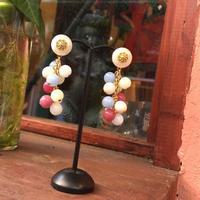 freaque アンティークボタンとミルキーカラーのルーサイトビーズいっぱいのピアス