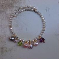 Freaque 真珠とガラスビーズのバングル