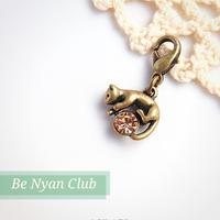 ミニフックチャーム★キラキラビジュー抱っこ猫(ライトピーチ) 立体チャーム charm shop *nyanzip*