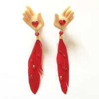 HAND & RED FEATER ピアス