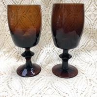 アンバー色のワイングラス