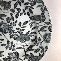 黒い花柄のケーキ皿