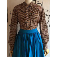 lady's 1970's bow-tie pull over top
