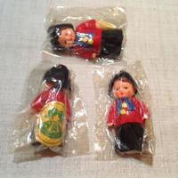 ARI民族衣装赤シャツ青タイ896