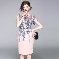 30代 花の刺繍が華やかなひざ丈パーティードレス