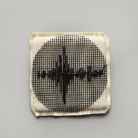 刺繍する犬 / 音の波形 (作品の断片としてのブローチ) |正方形  WHITE