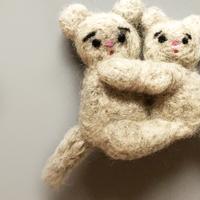 さとなかちさ / 抱き合う動物ブローチ  | ねずみ