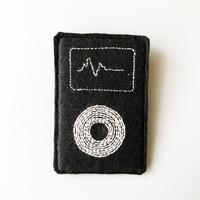 刺繍する犬 / iPod classic ブローチ