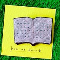 本のブローチ (ブラウン)