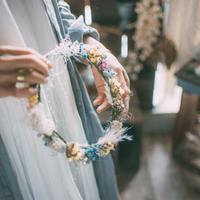 スターチスとかすみ草、パンパスグラスの花かんむり