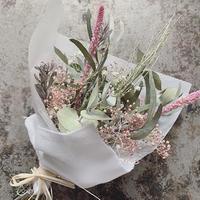 ユーカリとくすみピンクかすみ草・スウローウィのミニブーケ