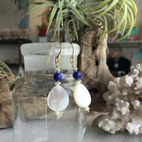 白蝶貝(しずく型)とラピスラズリのピアス