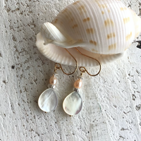 白蝶貝(しずく型)と淡水パールのピアス