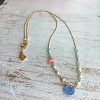 ○染めカルセドニーと天然石のネックレス(ブルー)