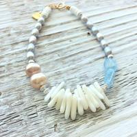 ウミタケ珊瑚と淡水パール(グレー)のワイヤーブレスレット