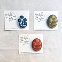 マカベアリス 刺繍ブローチ 縦型