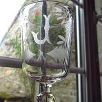 イニシャルJと花模様の足つきグラス