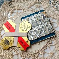 マザーオブパールのプチボタン34個と絹糸巻きのセット