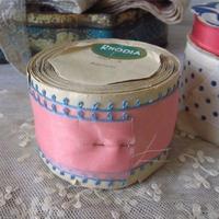 タフタ社ローズィアのピンク縁水色のリボン