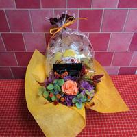ブリキのプレート付き花器のプリザーブドフラワーアレンジと秋の焼き菓子6袋のギフトセット