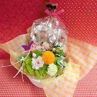 ピンポンマムのプリザーブドフラワーをメインに桜の花をあしらったアレンジと桜の焼き菓子8袋のギフトセット