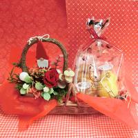 森のクリスマスをイメージして作った白樺の器にアレンジしたプリザーブドフラワーと冬の焼き菓子2袋のセット