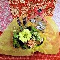 パープルのブリキの器にアレンジしたガーベラのプリザーブドフラワーと野菜や果物の焼き菓子8袋のギフトセット
