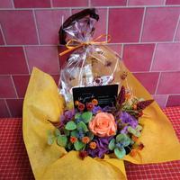 ブリキのプレート付き花器のプリザーブドフラワーアレンジと秋の焼き菓子2袋のギフトセット♪