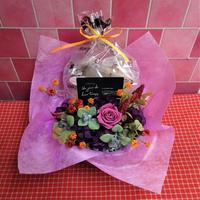 ブリキのプレート付き花器のプリザーブドフラワーアレンジと秋の焼き菓子8袋のギフトセット  のコピー
