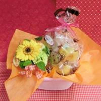 黄色の陶器にアレンジしたガーベラのプリザーブドフラワーと果物や野菜を使った焼き菓子6袋のギフトセット♪(*^▽^*)