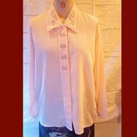 隠しボタンとエリと刺繍がかわいいusedシャツ