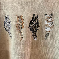 後ろに1匹ネコの刺繍がちょこんとしてあるのがかわいいニット