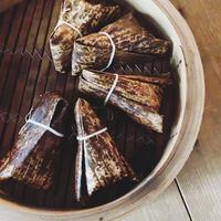 豚の黒酢角煮と紅茶炊き餅米のちまき(1個)/モコメシ