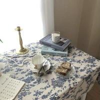 青い花柄のテーブルクロス