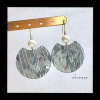 モザイク柄のアクリルプレートピアス/イヤリング gray