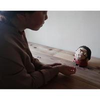 太田夏紀 「ハリネズミとお出かけ」   約束したのに、なかなか歩いてくれない。  手袋をつけておんぶする事にした。13×15×16cm/陶土