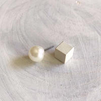 ダブルピアス パールボタン×キューブ(ホワイト)