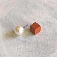 ダブルピアス パールボタン×キューブ(キャロットオレンジ)