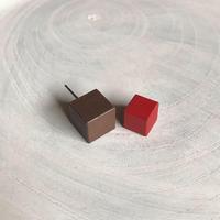 ダブルピアス(キューブ×キューブ) チョコレート×レッド