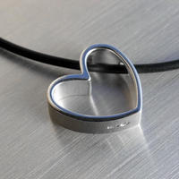 Sassi Design ネックレス: ハート・オン・ジ・エッジ