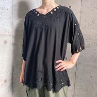カットワーク&ボタニカル刺繍 レーヨンチュニック(BLACK overdyed)[9613]